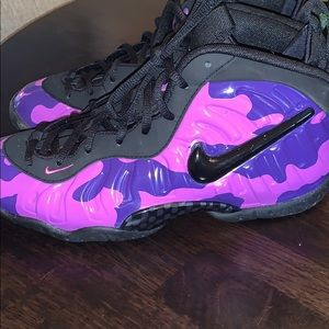 Nike foams kids size 6 or women's 7.5